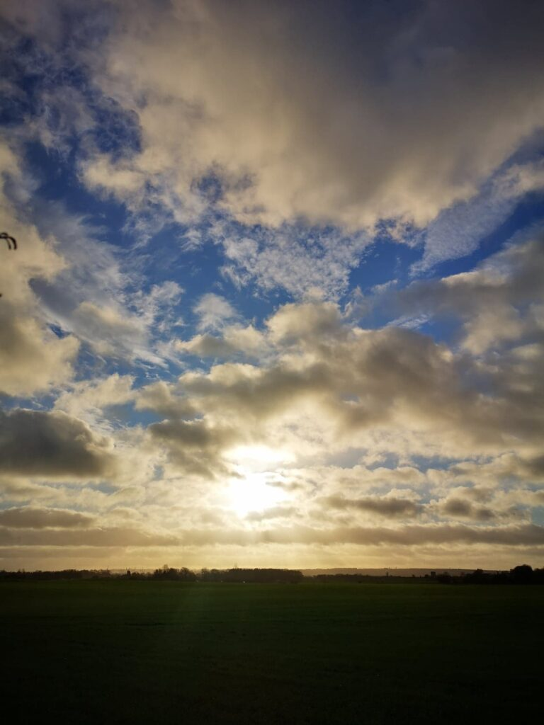Marken. Sol bag skyer