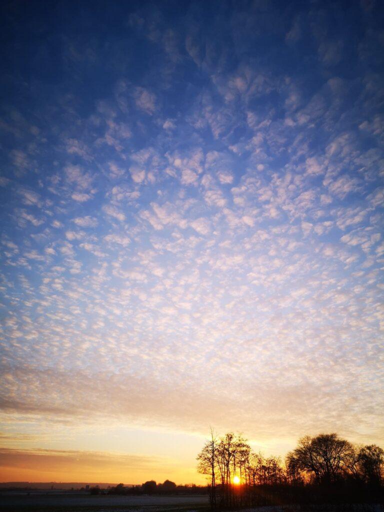 Pufskyer og solnedgang